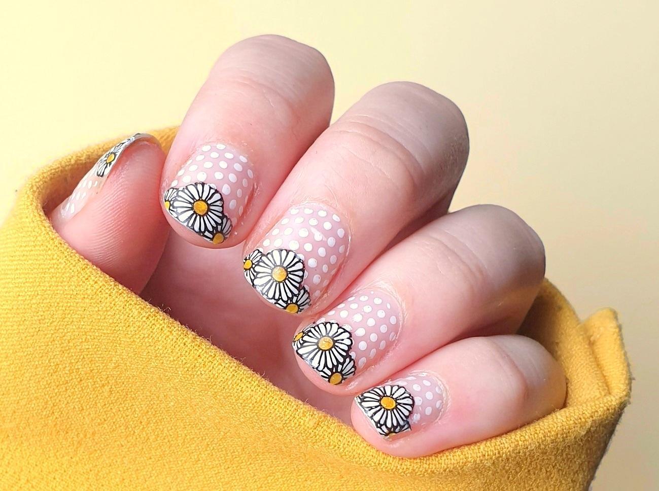 Montagspinselei Negative Space Ganseblümchen Nailart