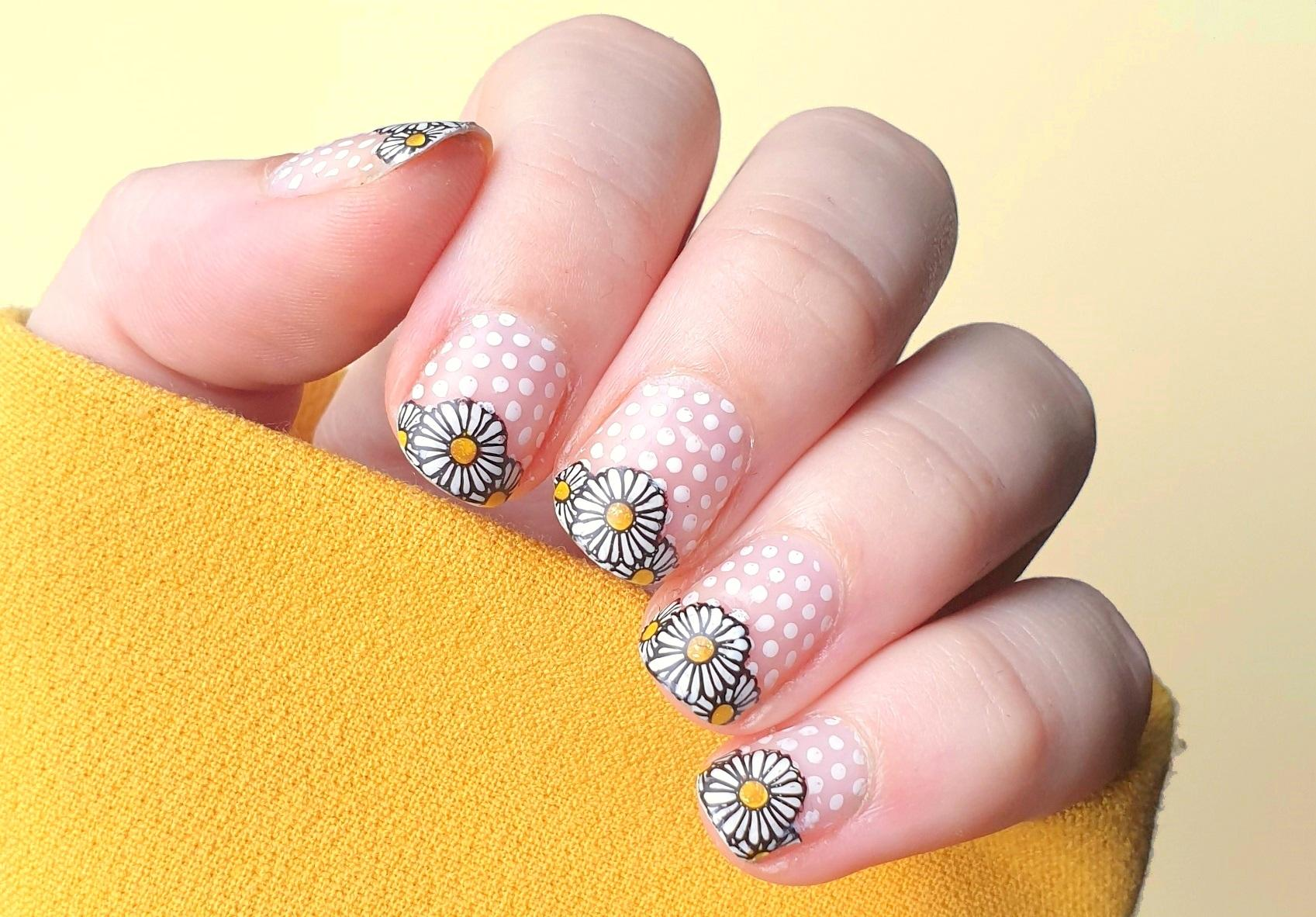 Montagspinselei Cut Out Nails Daisies Nailart